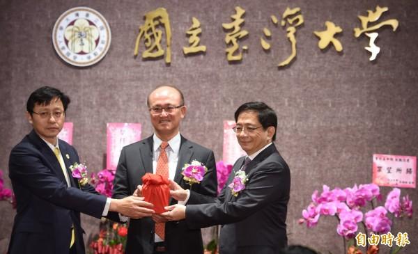 管中閔(右)就任台大校長,台大工會在臉書表示遺憾。(記者劉信德攝)