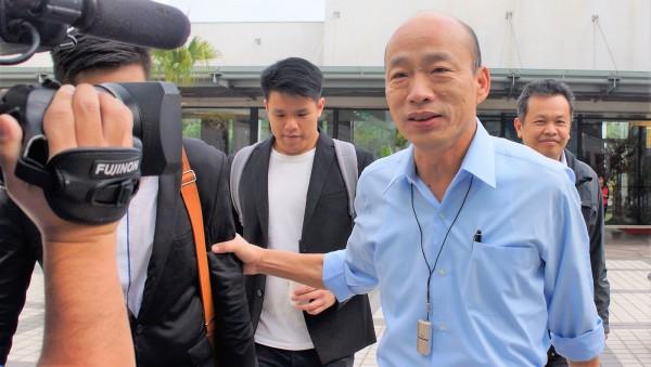 高雄市長韓國瑜日前出席市府首長團隊共識營時,胸前佩戴一個「隨身型空氣清淨機」。(中央社)