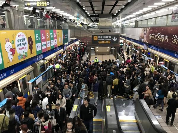 台北捷運板南線今早傳出行駛狀況異常。(圖擷取自PTT)