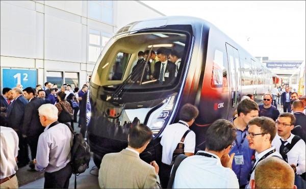 二○一八年九月,中國中車集團(CRRC)製造的輕量地鐵車輛,在德國「柏林國際軌道及交通運輸設備展」亮相。 (法新社檔案照)