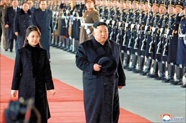 北韓領導人金正恩與妻子李雪主,7日於平壤火車站搭乘專屬列車前往中國北京,進行4天訪問。 (美聯社)