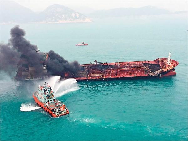 油輪冒出濃濃黑煙。(歐新社)