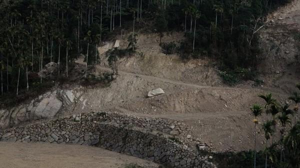 嘉義縣番路鄉大湖村的山坡地,最近出現濫墾超挖,現地不僅有土石崩落,更如同「鬼剃頭」般變得光禿裸露。(網友提供)