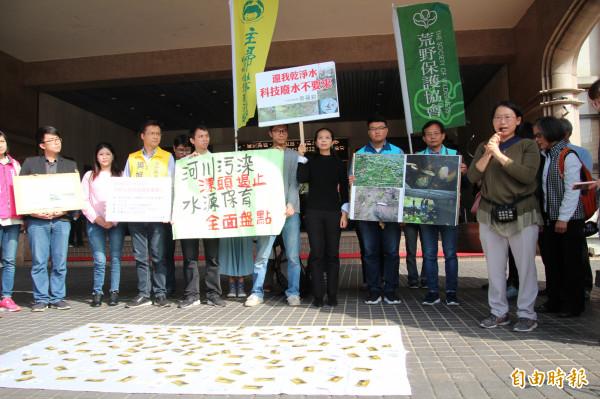 「我們要喝乾淨水行動聯盟」共同召集人彭桂枝(前右)抨擊五華工業區內的科技廠抽地下好水工業用,卻排工業廢水給大新竹。(記者黃美珠攝)