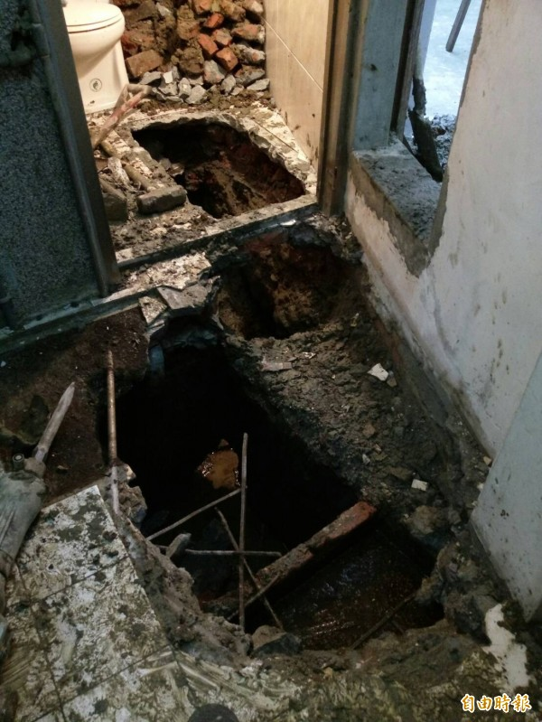 污水下水道接管破壞室內地坪,住戶需付地坪材料費來復舊。(記者何玉華攝)