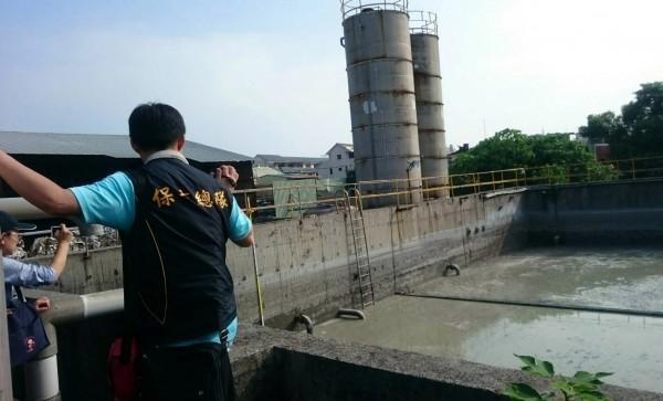 檢警發現廢水槽內設置暗管,將未處理呈厭氧狀態廢水匯流排放置排水溝。匯流(記者陳冠備翻攝)