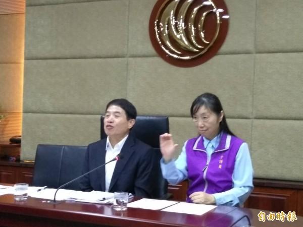 NCC發言人翁柏宗(左)表示,今年底有線電視全面完成HD高畫質播出。(記者劉力仁攝)