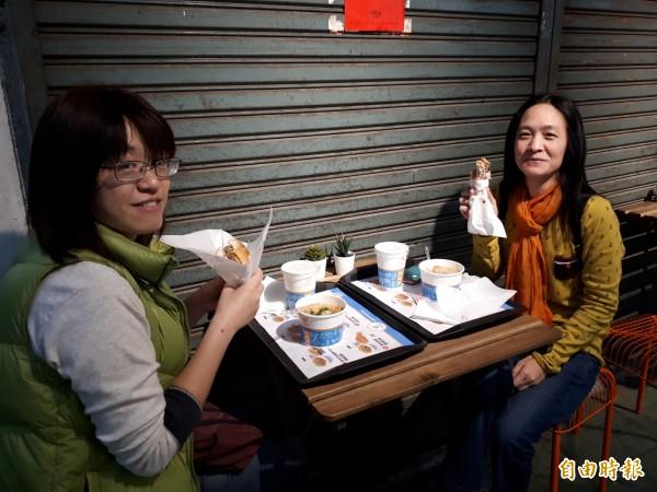 在「享噹初」吃漢堡與麵線,更是絕妙的新體驗。(記者洪美秀攝)