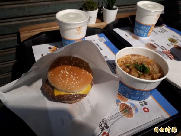 坐在傳統市場的角落吃著西式漢堡和中式麵線的感覺,常顛覆一般人的想像。(記者洪美秀攝)