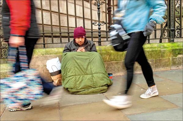 35歲的基朗已露宿街頭2年,圖為他露宿於倫敦國家肖像藝廊外。(法新社)