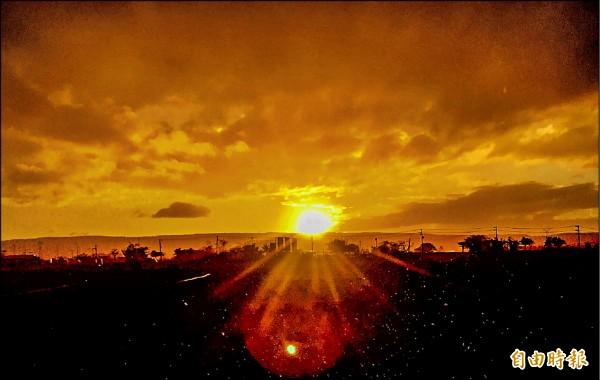 國境之南恆春半島昨天氣候陰晴不定,傍晚卻出現難得一見的彩虹及夕陽同時出現的美景。(記者蔡宗憲攝)