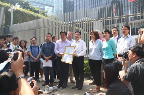 香港記者協會(簡稱香港記協)聯合6個新聞工作者團體,於8日會晤特區政府政務司司長張建宗,會後對香港的新聞和言論自由表達深切憂慮。(中央社)