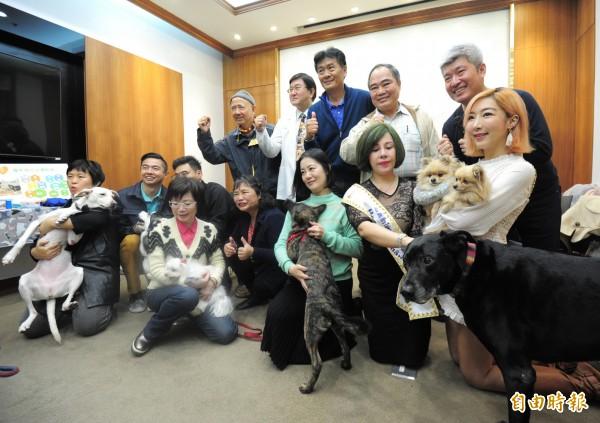 台灣動物保護行政監督聯盟在立法院召開毛小孩平安過新年六大指標公布記者會,會中告訴大家年關將至,家中有毛小孩的家庭,如果為毛小孩打理一切。(記者王藝菘攝)