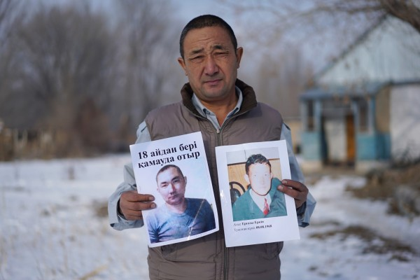 據哈薩克外交部最新消息指出,中國已經允許2000多名哈薩克族人放棄中國國籍並離開中國。圖為哈薩克阿拉木圖一名農夫,舉著被中國拘留弟弟的照片。(美聯社)