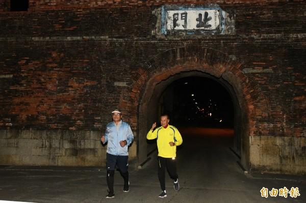 盧玉棟(左)走70公里要爭快速道路。(記者蔡宗憲攝)