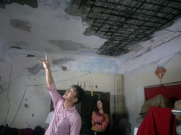 整修前阿嬤家天花板水泥經常掉落,危機四伏。(丁弘毅提供)