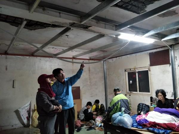 戴進隆(左2)與施工人員用鐵架與鐵板防護阿嬤安全。(丁弘毅提供)