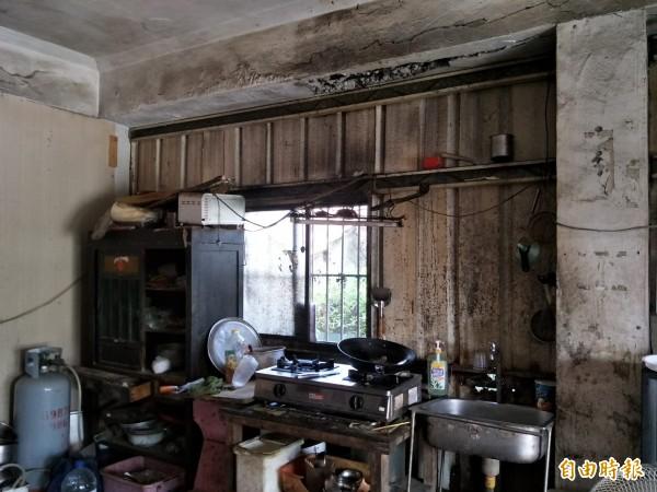 阿嬤家徒四壁,廚房就只有瓦斯爐。(記者林國賢攝)