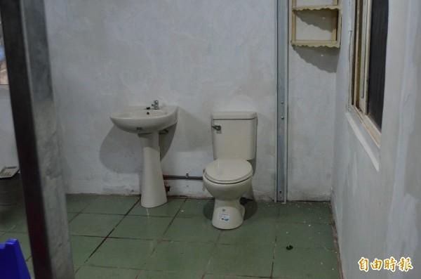 戴進隆幫阿嬤裝設馬桶等衛生設備,解決生理需求。(記者林國賢攝)