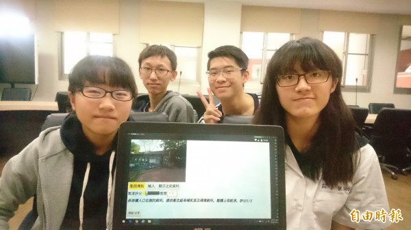 南二中第一屆國際資訊科技特色班學生吳軒達(右後)、莊子靚(右前)、侯怡帆(左前)、吳育任(左後)設計找廁所幫手APP,希望幫遊客解決找廁所的問題。(記者劉婉君攝)