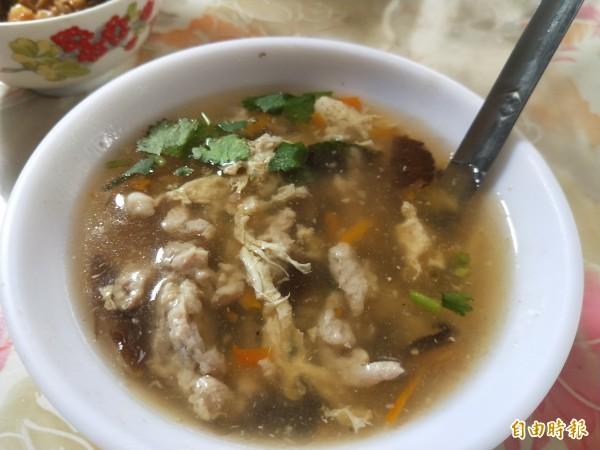 料多濃稠的肉羹,以蛋花取代竹筍,別有一番風味。(記者何玉華攝)