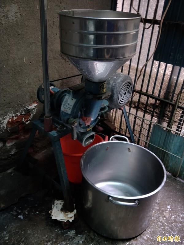 陳媽媽就靠這台磨米機,每天早上四點開始製作碗粿。(記者何玉華攝)