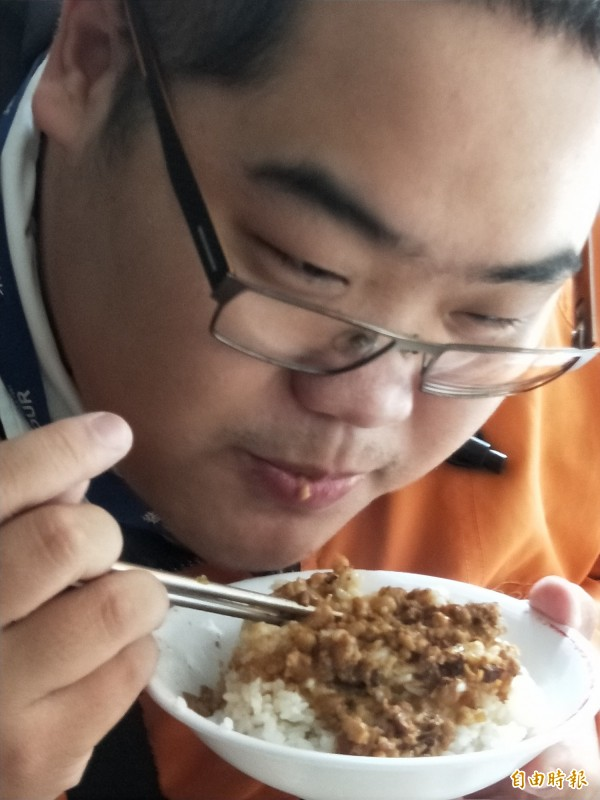 石先生對魯肉飯讚不絕口。(記者何玉華攝)