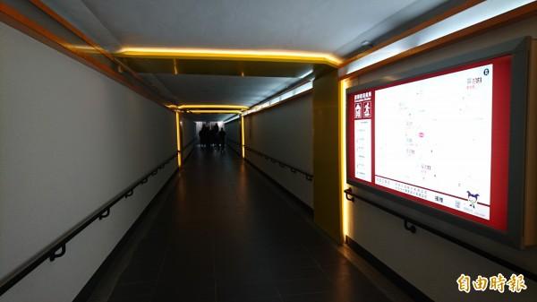 隆田地下道改造後變得明亮、通風,行人走來舒適。(記者楊金城攝)