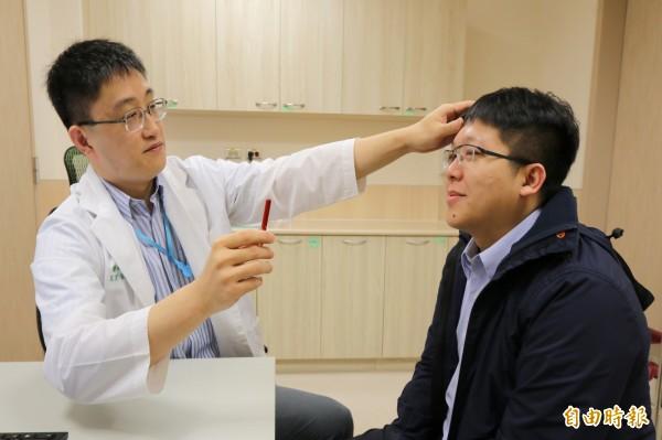 亞大醫院神經內科主任王馨範(左)提醒,民眾出現臉歪嘴斜、手腳無力、語言不清等中風症狀,要僅快送醫爭取黃金救援時間。圖為情境照,圖中人物與本文無關。(記者陳建志攝)