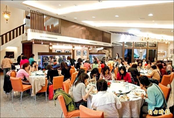 團餐業者表示,中客減少後,專心經營國旅市場,一桌也有三、四千元起跳。(記者蕭玗欣攝)