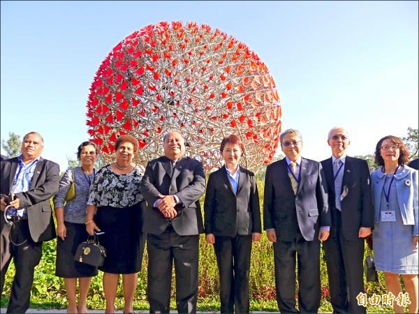 諾魯共和國總統瓦卡(左四)參訪花博。(記者張軒哲攝)