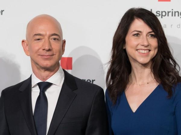 貝佐斯(左)與妻子麥肯齊‧貝佐斯(右)發出共同聲明,兩人宣布25年婚姻告終。(法新社)