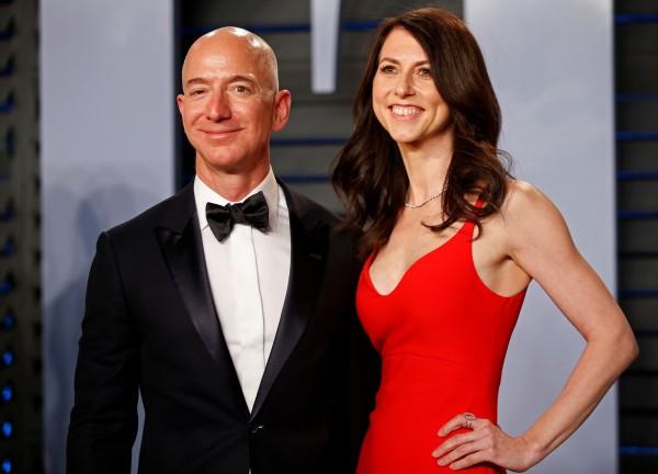 世界首富、亞馬遜公司執行長貝佐斯與妻子麥肯齊‧發出共同聲明,宣告兩人25年婚姻告終。(路透)