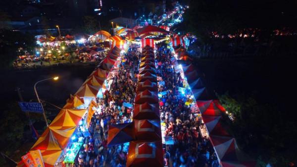 擁有逾30年歷史的潮州春節市集,近年攤位競標價格屢創新高。(潮州鎮公所提供;民眾洪元志攝)