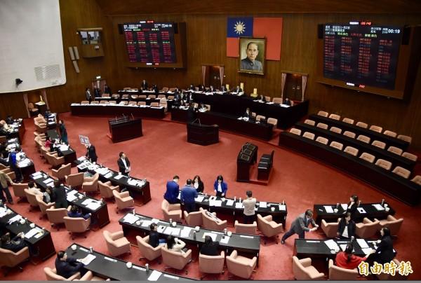 立法院臨時會今天處理108年度中央政府總預算,民進黨團針對外派爭議,要求外交部6個月內提出檢討及精進計畫,獲表決通過。(記者黃耀徵攝)