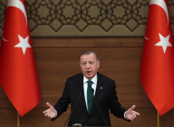土耳其總統艾多根(見圖)8日對美國國家安全顧問波頓發出譴責,批評對方提出的「美軍撤退的前提,是土耳其答應不攻擊敘北庫德族」是個嚴重的錯誤,他強調「唯獨這點,土耳其絕對不會退步!」(法新社)