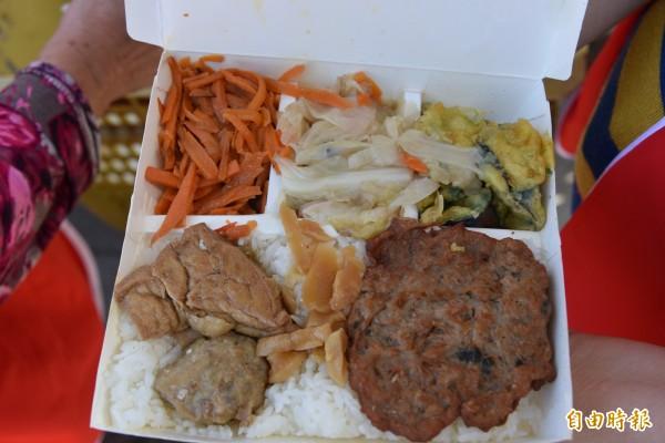 素食便當有素肉、丸子、豆干及青菜,相當豐富。(記者葉永騫攝)