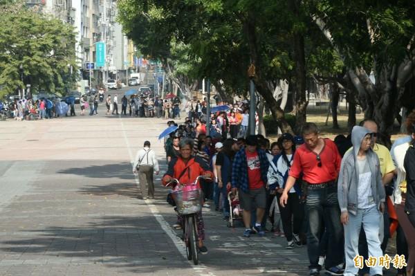 排隊人龍繞了一大圈。(記者張忠義攝)