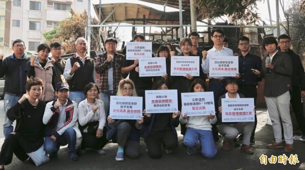 民間團體召開「頭七」記者會,呼籲縣府立刻給予「南郭官舍群」文資身分。(記者林良哲攝)