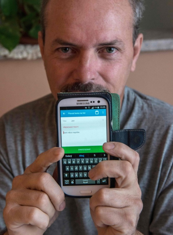 接受全喉切除手術的捷克男子古拉(Vlastimil Gular),在手機應用程式中輸入句子,就可以用自己原本的聲音「說話」。(法新社)