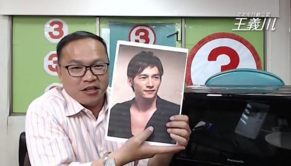 王義川臉書直播「生蠔加熱變溫昇豪」橋段,搞笑KUSO讓網友拍案叫絕。(林佳龍競選總部提供)