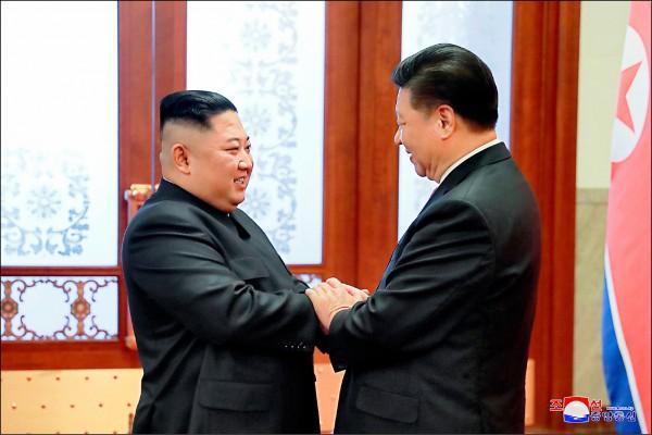 朝中社十日發佈的照片顯示,中國國家主席習近平(右)與北韓領導人金正恩(左)於北京見面。(路透)