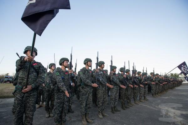 海軍陸戰隊兩個步兵營今天起實施為期五天四夜的長距離行軍訓練。(圖:軍聞社提供)
