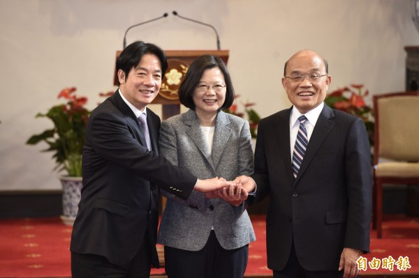 總統蔡英文宣布由蘇貞昌(右)接棒閣揆一職,啟動內閣改組工作,並感謝賴清德(左)。(記者叢昌瑾攝)