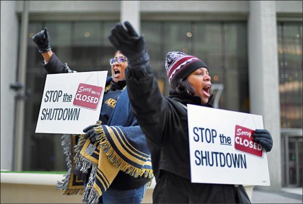 美國食品藥物管理局(FDA)、社會安全局 (SSA)等聯邦政府員工10日在底特律遊行,促請結束政府關門。(美聯社)