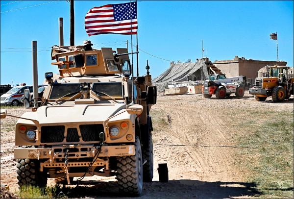 美國國防部人員證實,駐敘利亞美軍已展開撤離程序。圖為敘國北部戰略要地曼比季的美軍哨站。(美聯社檔案照)