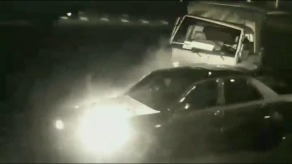 路口監視器拍下小客車違規左轉後,與直行的貨車當場撞上。(記者陳恩惠翻攝)