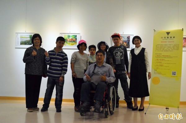 小光點畫廊的藝術家們邀請大家來看展。(記者林國賢攝)
