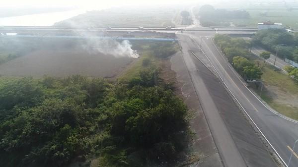 官田區出現大面積燃燒稻草。(環保局提供)