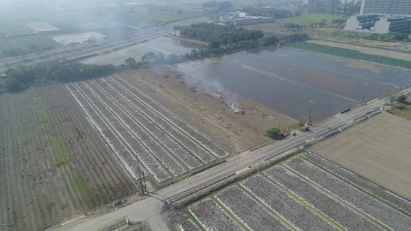 環保局查緝善化農民燒胡麻梗。(環保局提供)
